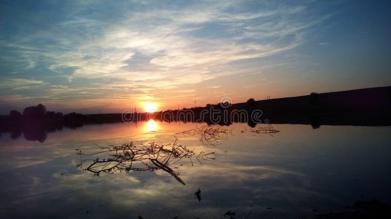 在湖反映的美好的日落 免版税图库摄影