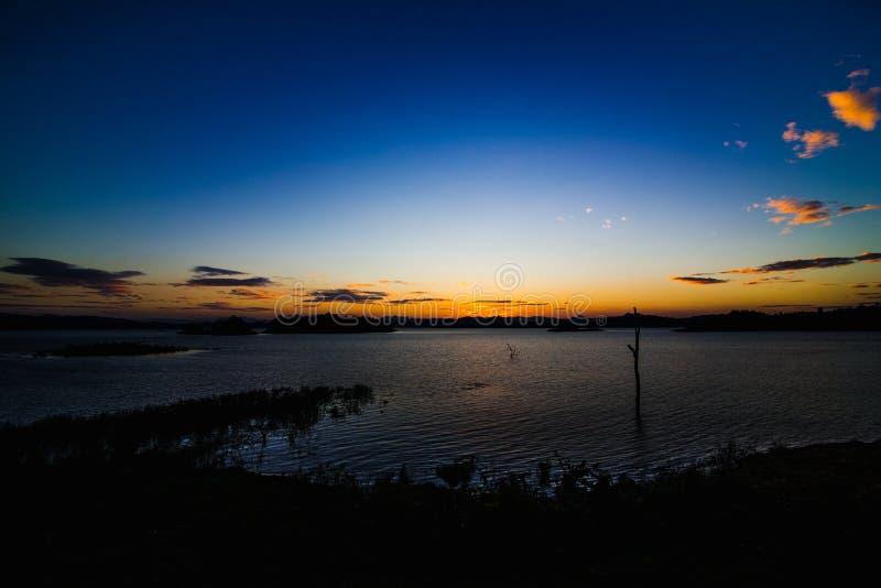 在湖后的日落 免版税图库摄影