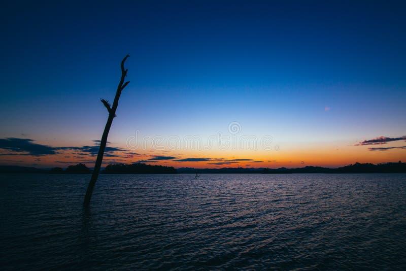 在湖后的日落 免版税库存图片