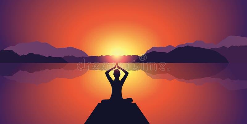 在湖和山背景的瑜伽剪影平安的日落 皇族释放例证