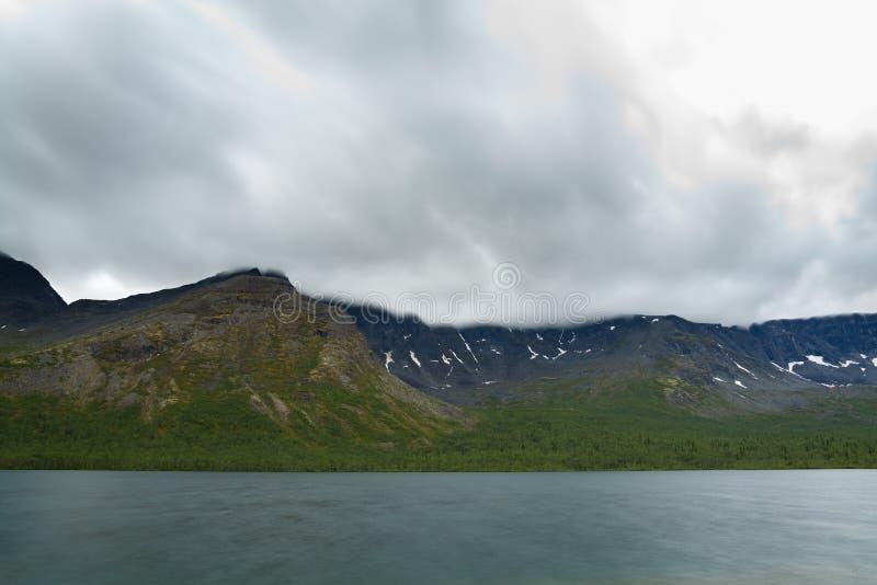 在湖和山Khibiny的阴暗多云天空 免版税库存图片