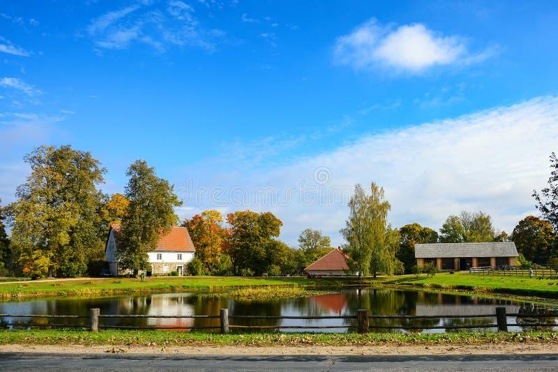 在湖和森林,晴朗的秋天天附近的国家庄园 叶子秋天风景 库存照片