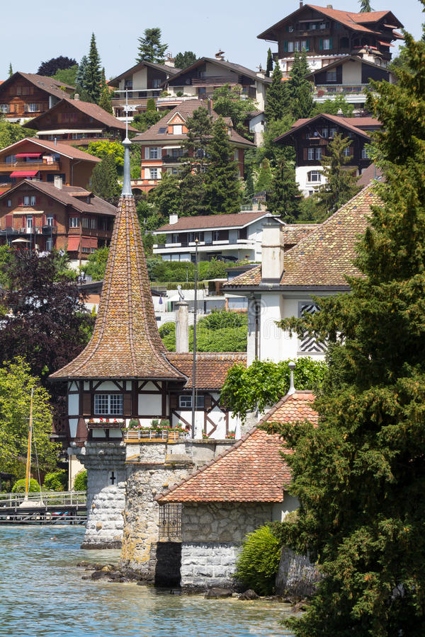 在湖图恩的Oberhofen城堡在瑞士 免版税图库摄影