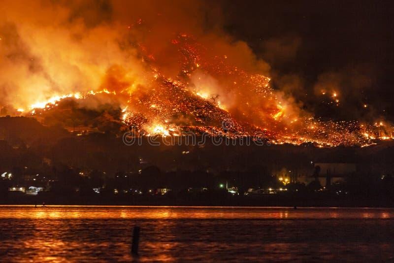 在湖埃尔西诺,加利福尼亚附近的野火 免版税库存照片