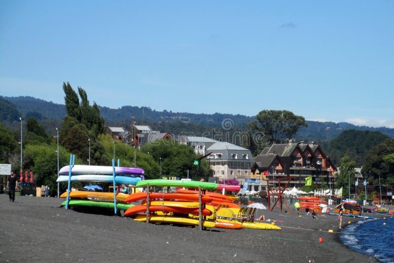 在湖岸的五颜六色的皮船 免版税图库摄影