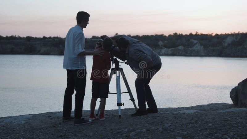 在湖岸的人探索的星  免版税库存图片