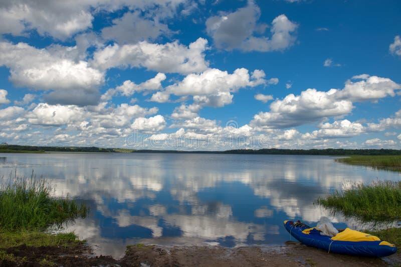 在湖岸的可膨胀的游船 免版税库存图片