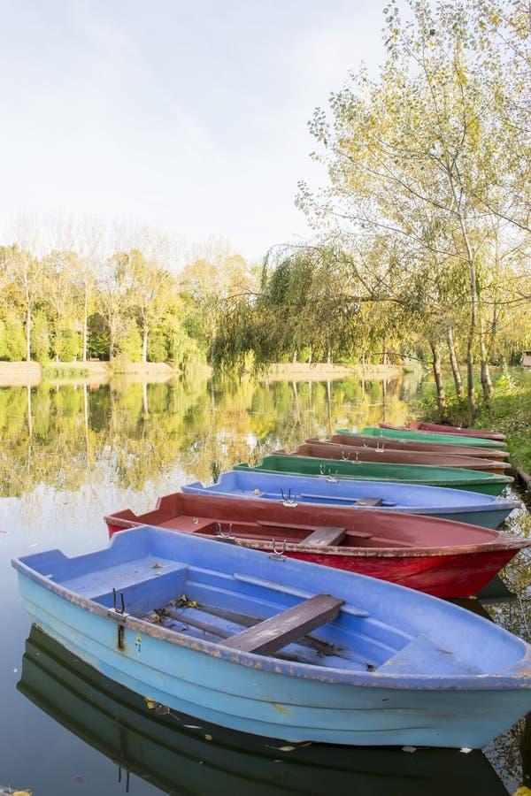 在湖岸的小船在秋天 库存照片