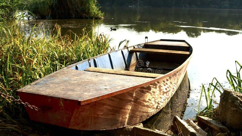 在湖岸的小船 库存照片