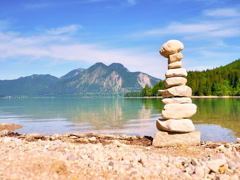 在湖岸的被堆积的小卵石 平衡栈石头 库存照片