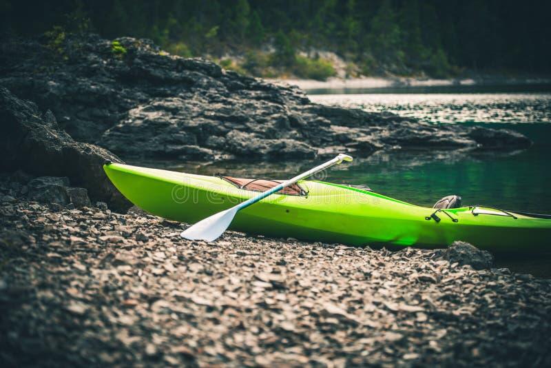 在湖岸的赞成皮船 免版税图库摄影