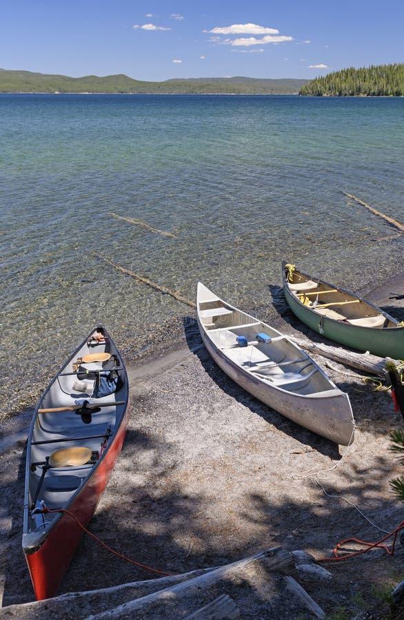 在湖岸遥控的独木舟 库存照片