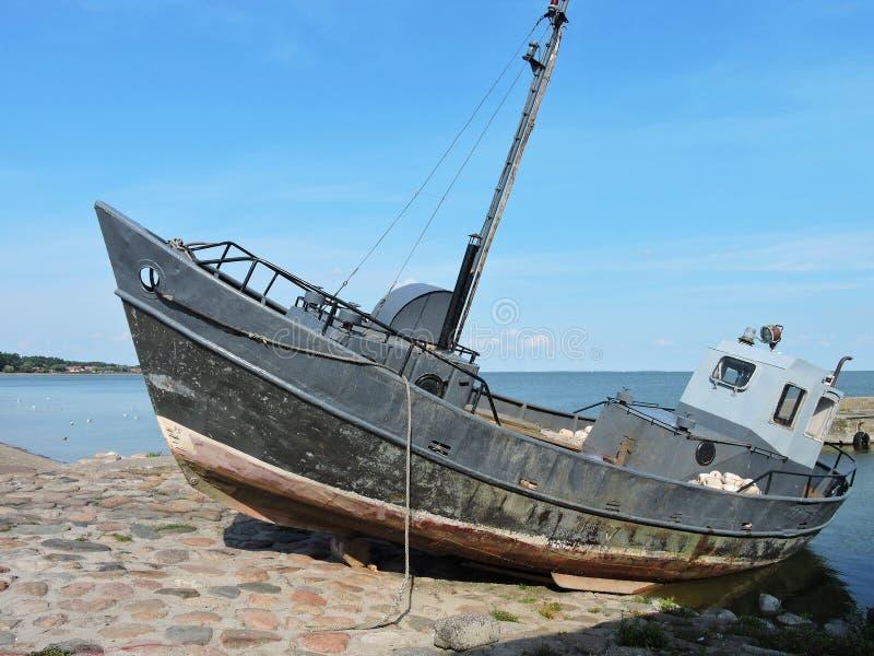 在湖岸,立陶宛的小船 免版税图库摄影