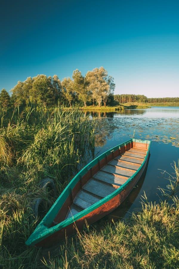 在湖或河海岸附近的老木荡桨的渔船在好漂亮的东西或人 免版税库存照片