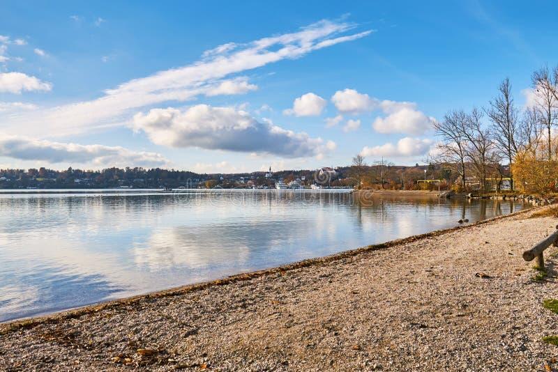 在湖施塔恩贝格的秋天季节 免版税库存照片