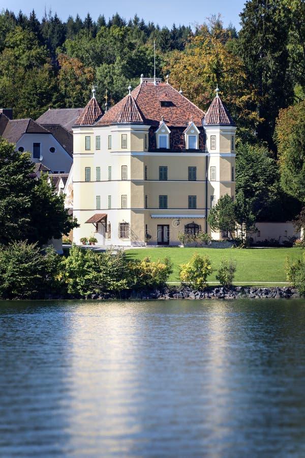 在湖施塔恩贝格的城堡 免版税库存图片