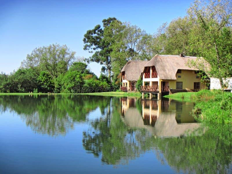 在湖旁边的传统房子 免版税图库摄影