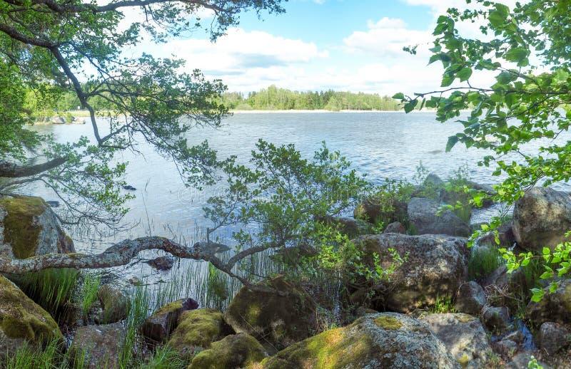 在湖旁边的大岩石 免版税库存照片