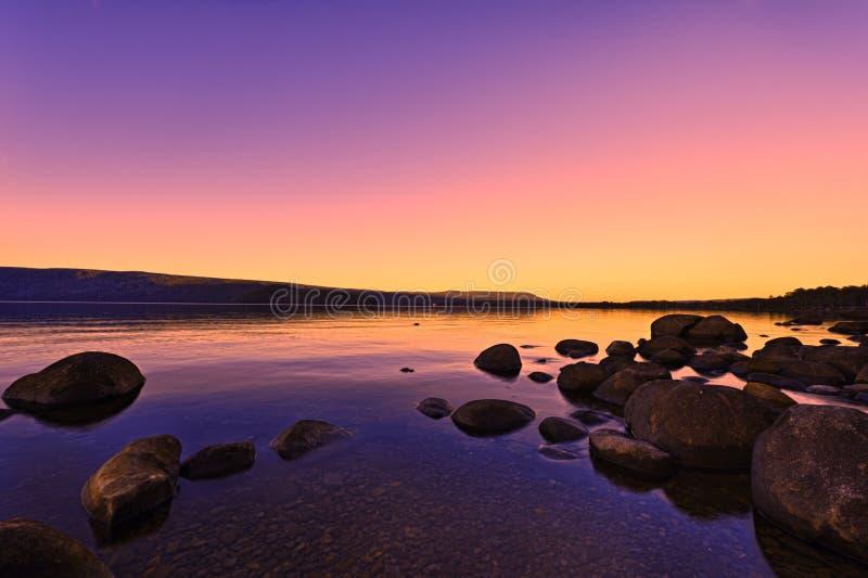 在湖日出日落之上 免版税图库摄影