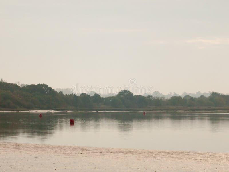 在湖海洋开放表面的风景的阴暗灰色天空 免版税图库摄影