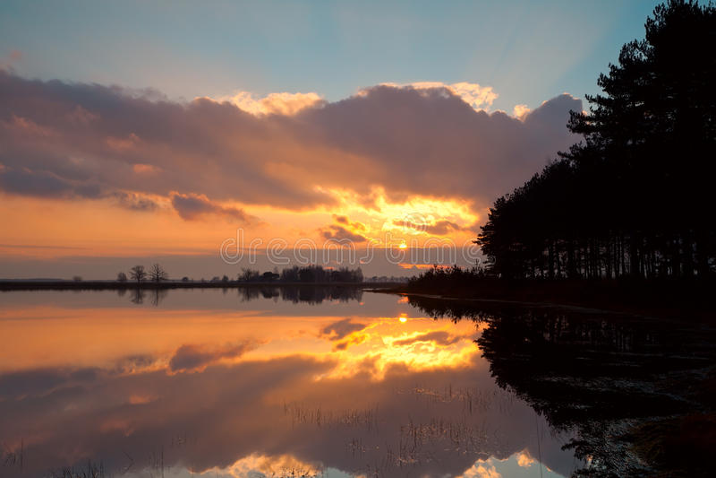 在湖的严重的日落 免版税库存图片