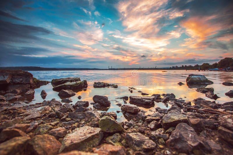 在湖的五颜六色的日落 免版税库存照片