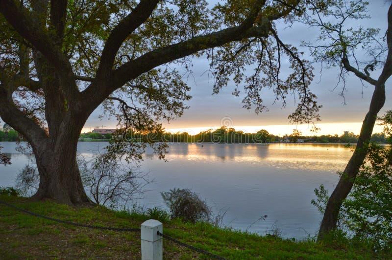在湖的令人敬畏的日落 免版税库存图片