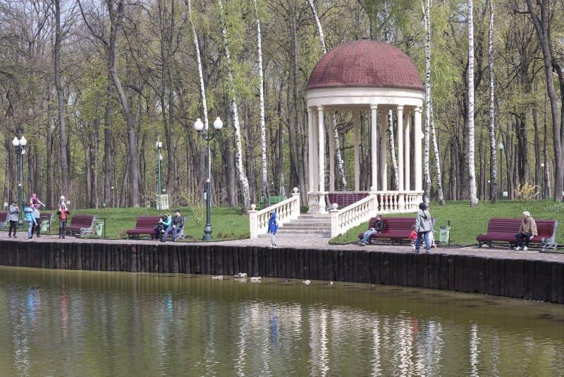 在湖的公园总是很多游人 免版税图库摄影