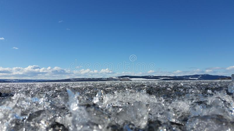 在湖的冰在春天 免版税图库摄影