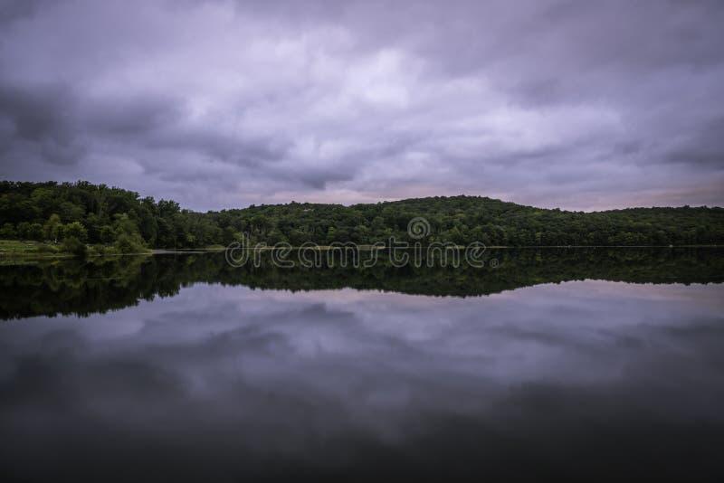 在湖的剧烈的天空 免版税库存照片