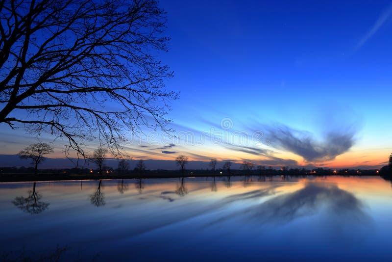 在湖的华美的日落 免版税图库摄影