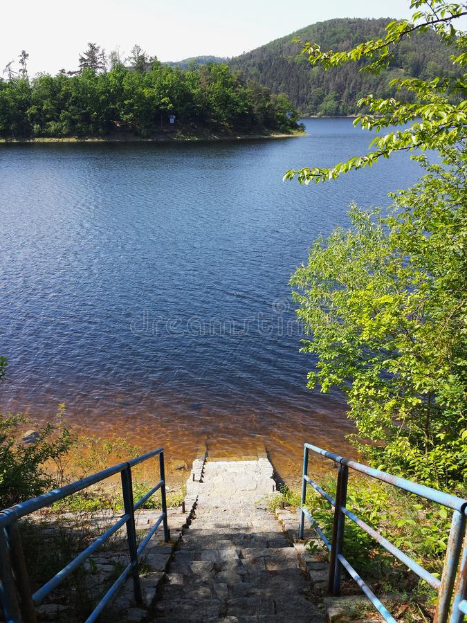 在湖的台阶有净水和山景, Vodni nadrz Orlik nad Vltavou,捷克,南波希米亚 免版税库存照片