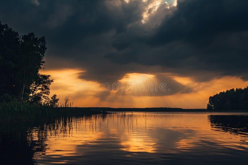 在湖的史诗日落天空 免版税库存照片