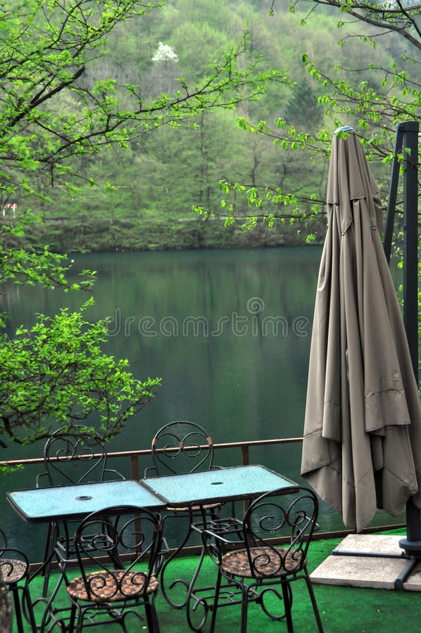 在湖的咖啡馆山的 免版税库存照片