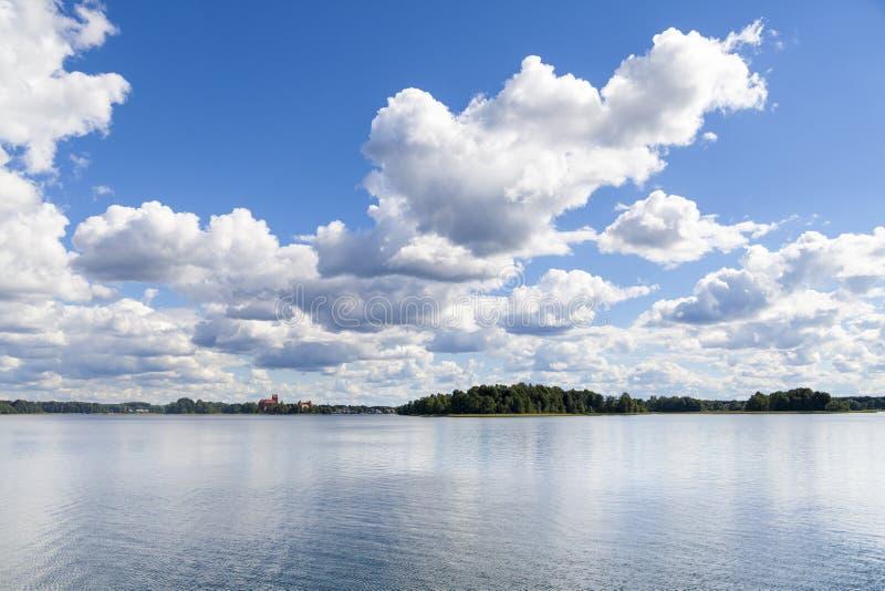 在湖的夏日有在天际的城堡的 图库摄影