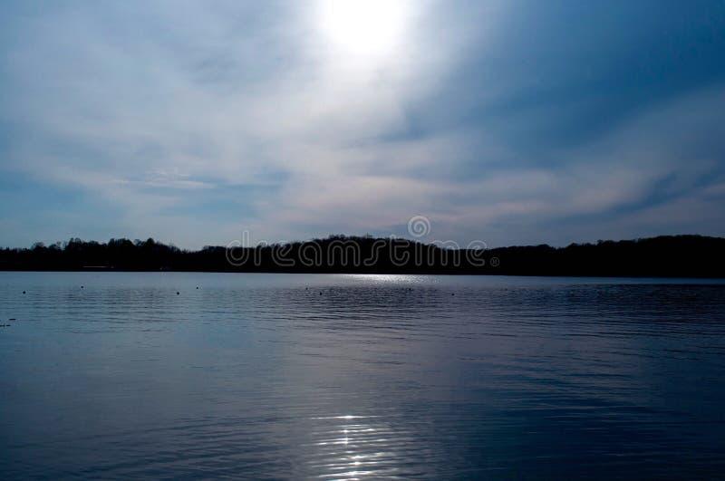 在湖的多云天 库存照片