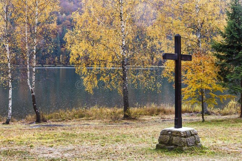 在湖的大木十字架在秋天 免版税库存照片