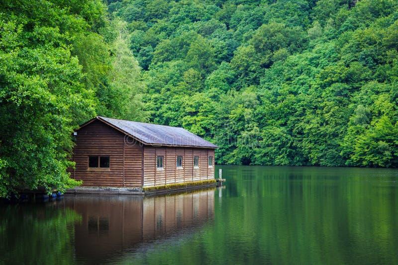 在湖的客舱 免版税图库摄影