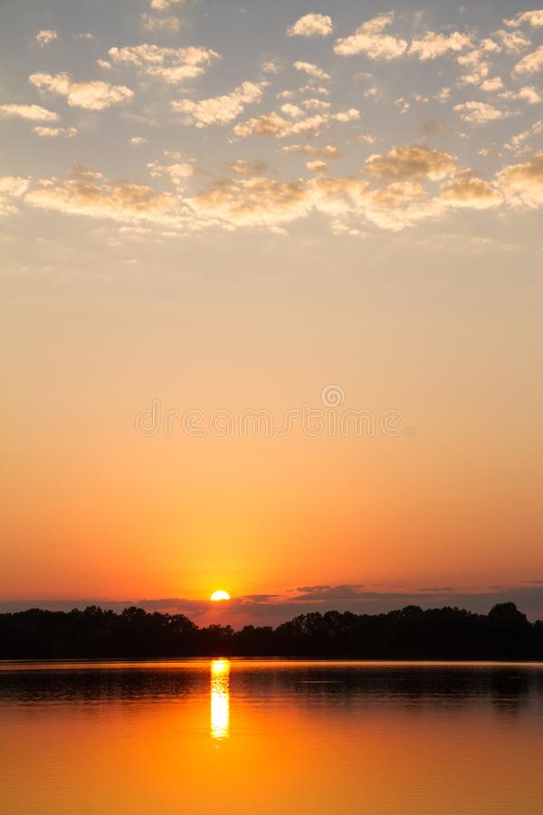 在湖的密苏里日落在奥扎克族印第安人 库存图片