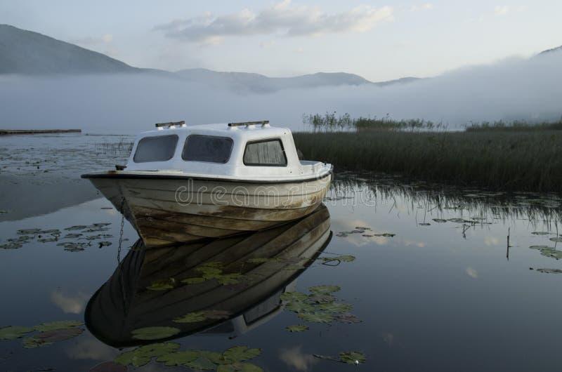 在湖的小船 图库摄影