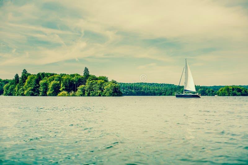 在湖的小风船 库存照片