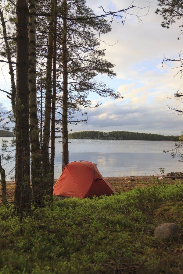 在湖的岸的帐篷 免版税库存照片