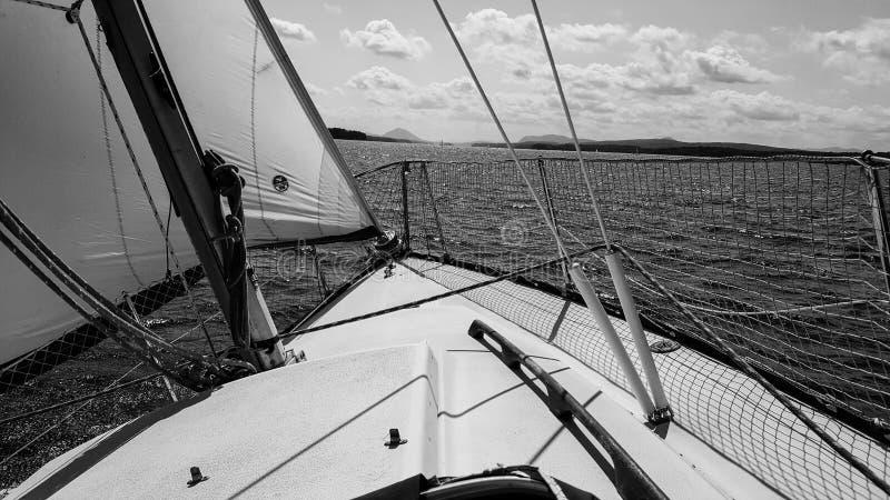 在湖的帆船 免版税库存图片
