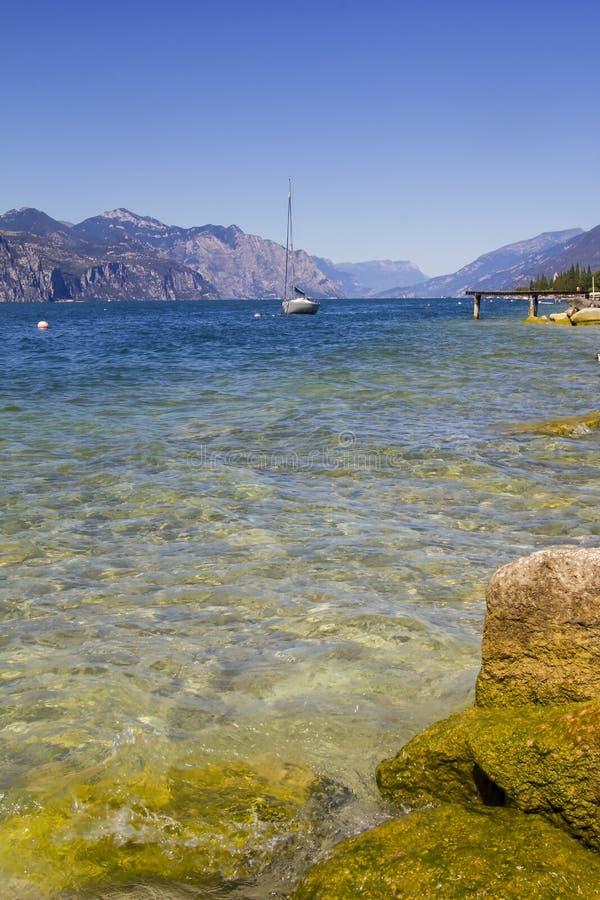 在湖的帆船 免版税库存照片