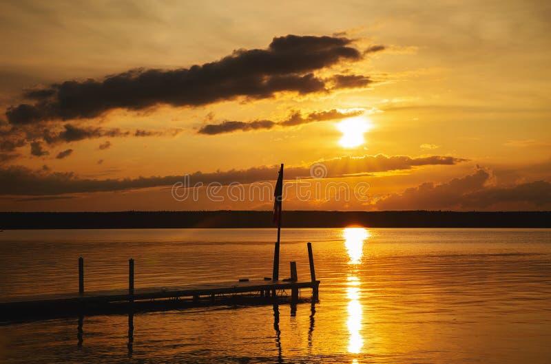 在湖的平安的日落 免版税库存图片