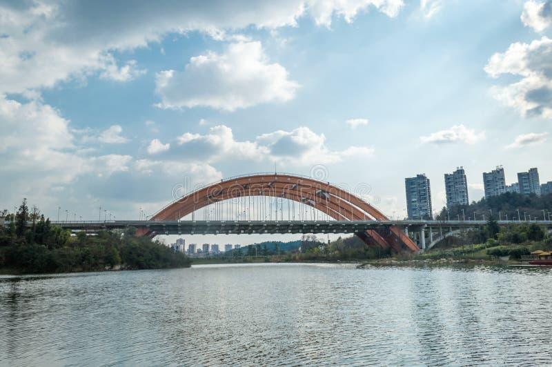 在湖的彩虹桥梁 免版税图库摄影
