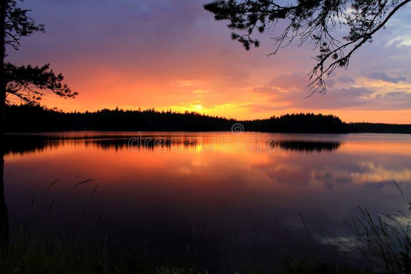 在湖的惊人的日落 免版税库存照片