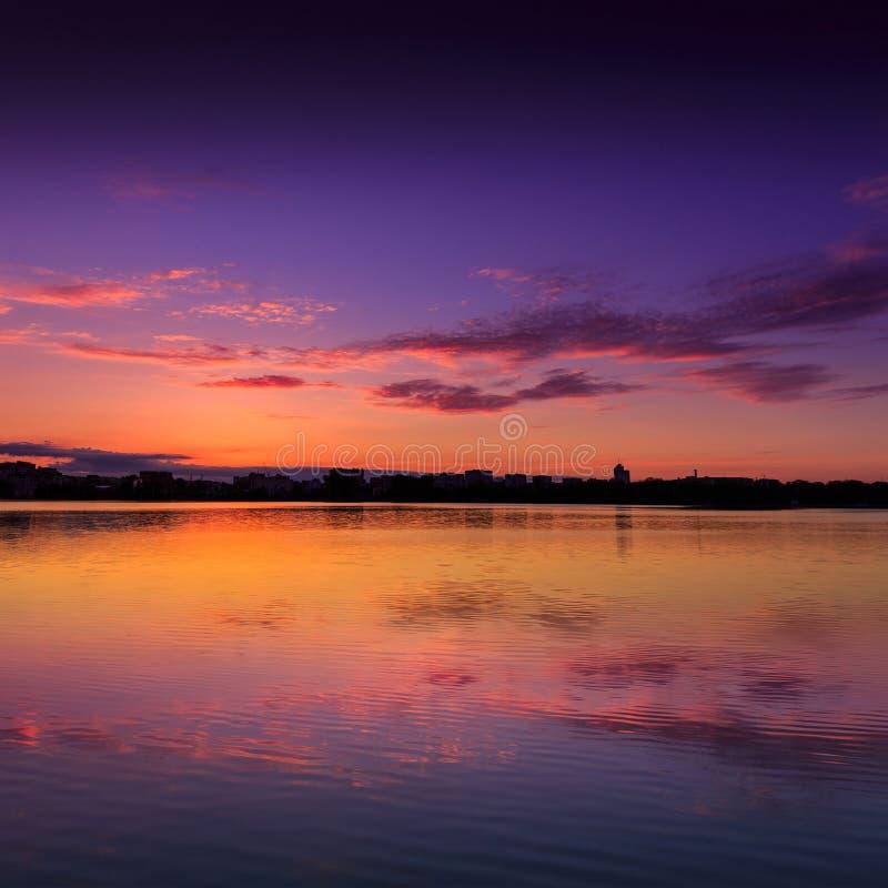 在湖的意想不到的日出 美妙的早晨场面 免版税库存照片
