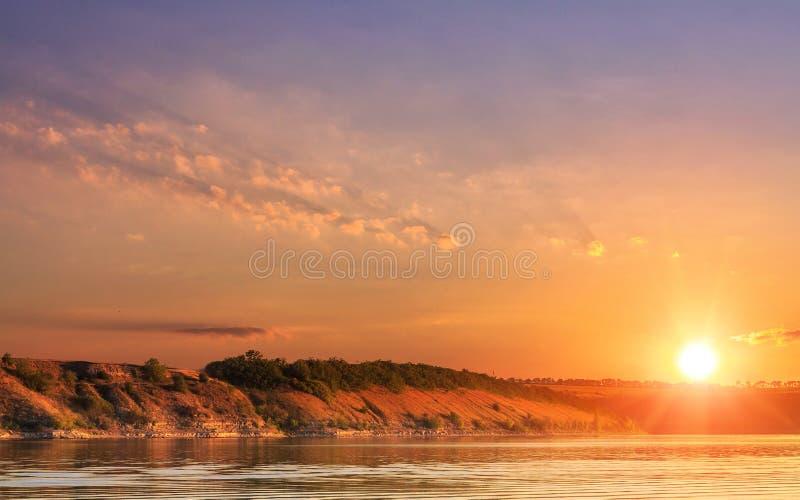 在湖的意想不到的日出 美妙的早晨场面 库存图片