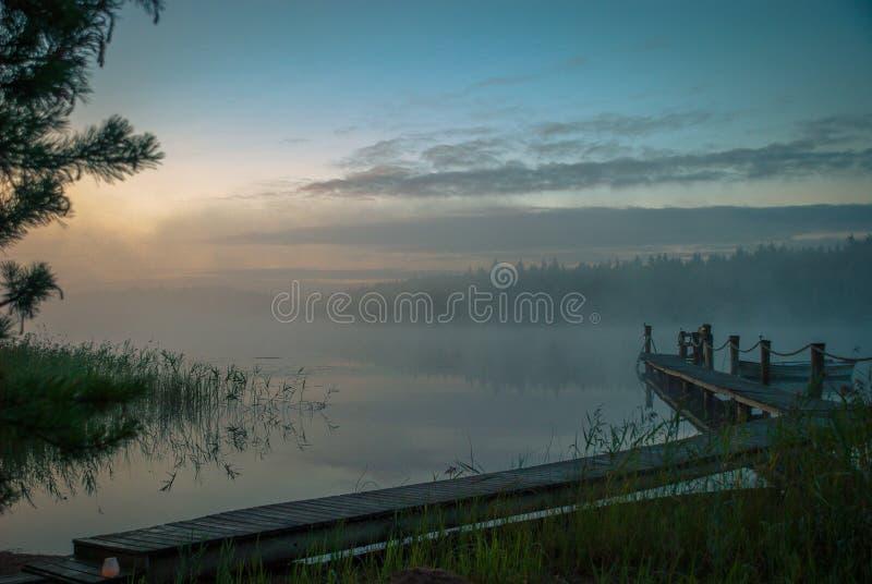 在湖的日出在芬兰在夏天` s末端 免版税库存图片